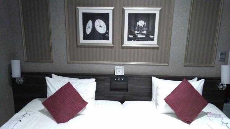 ベッドと絵画、時空──。