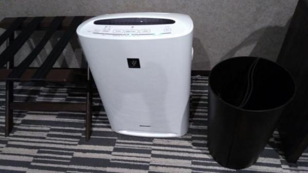 椅子、空気清浄機、ゴミ箱