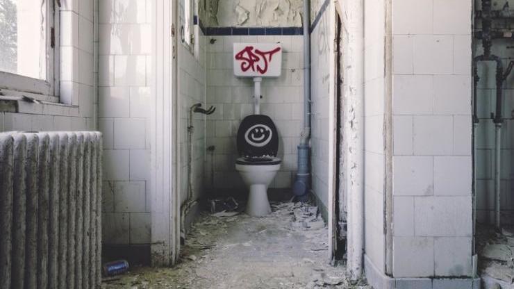 散らかったトイレ